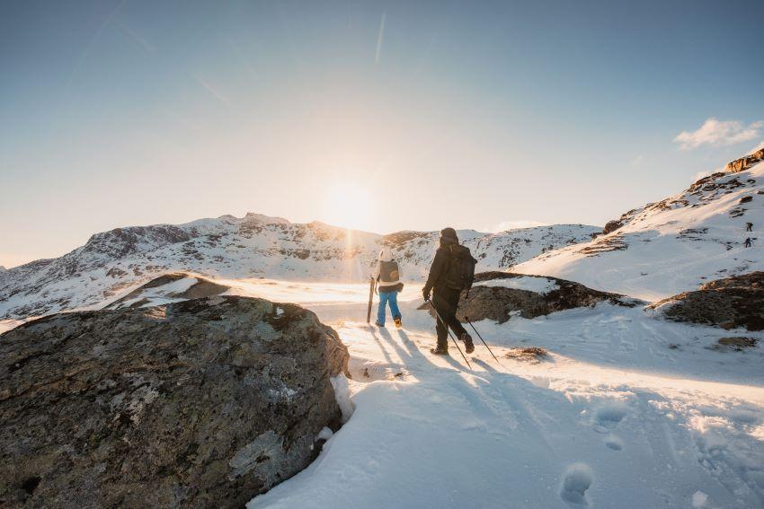 Personas practicando deporte en la nieve con ropa de Icebreaker