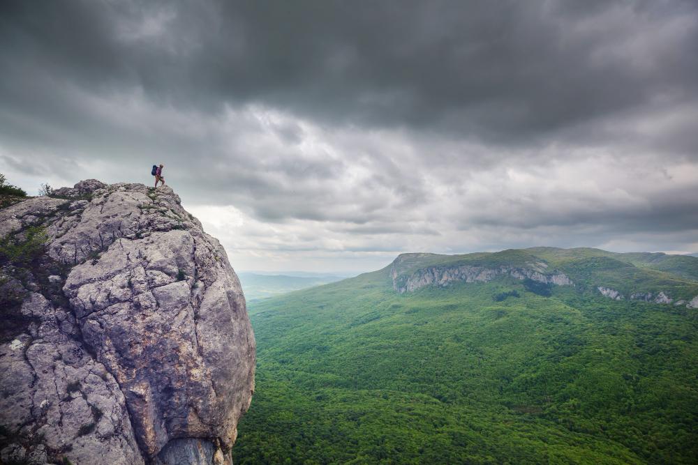 hombre equipado en la montaña